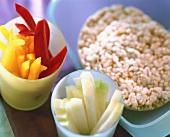 Reiswaffeln in Plastikdose, Paprika und Kohlrabi in Bechern