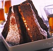 Einige Stücke Schoko-Pinienkern-Kuchen in einer Schale