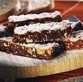 Schokoriegel mit Nüssen und Kokosraspel