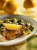 Minutensteaks mit Spinatgnocchi, garniert mit Zitronenschnitz