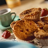 Erdbeermuffins auf Kuchengitter; Kaffeetasse