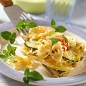 Farfalle mit Zucchini und Tomaten auf Pfannenheber
