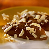 Gingerbread mousse with grated white couverture