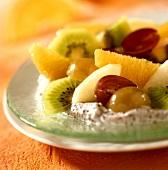 Feine Walnuss-Würfel mit Zuckerglasur und Walnusshälften