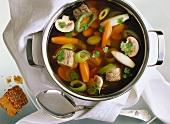 Gemüsesuppe mit Rindfleisch im Suppentopf