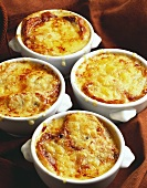 Onion soup au gratin in four soup cups