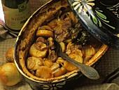 Bäkeoffe: Eintopf mit Kartoffeln, Fleisch und Zwiebeln
