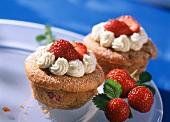 Erdbeer-Sahne-Muffins auf weißem Teller