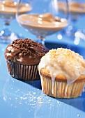 Baileys-Muffin und Kokoslikör-Muffin in Papierförmchen
