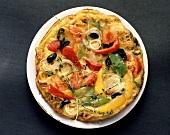 Gemüsepizza mit Paprikaschoten, Zwiebeln, Oliven und Thymian