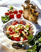 Pasta caprese (Nudelsalat mit Tomaten, Mozzarella, Basilikum)