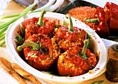 Paprika mit Mais-Linsen-Füllung in einer Backform
