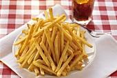 Ein grosser Teller Pommes frites, Gabel und Coca Cola