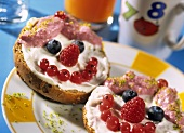 Sweet berry face: wholemeal roll with quark and berries