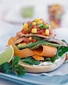Belegtes Brötchen mit Gemüse, Schinken und Salsa