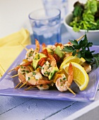 Shrimp kebabs with avocado, pepper and lemons; Salad