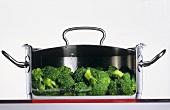 Brokkoli kocht in einem Edelstahltopf