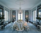 Elegant gedeckter Tisch in einem Marmorsaal
