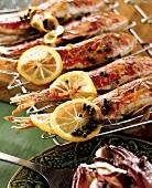 Rotbarben mit Zitronenscheiben auf dem Grill
