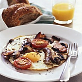 Fried egg, sausage, bacon, mushrooms & tomatoes; juice; bread