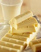 weiße Schokoladentafel und Schokoladenstücke