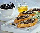 Crostini mit Olivencreme (Röstbrote mit Olivencreme, Italien)