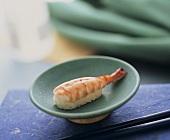 Nigiri Sushi mit Garnele in blauem Schälchen