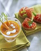 Möhrensuppe mit Sesam; Crostini mit Tomate und Schinken