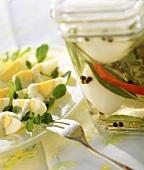 Kräuter-Soleier im Glas und Eiersalat mit Brunnenkresse