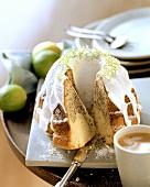 Limetten-Mohn-Kuchen mit weißem Zuckerguss; Kaffee