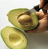 Avocado vorbereiten: Kern herauslösen