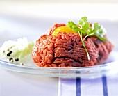 Beef Tatar mit Ei und gehackten Zwiebeln