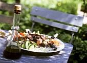 Gemüsesalat mit Edamer und Pilzen auf Tisch im Freien
