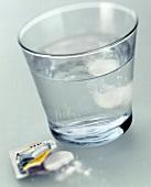 Ein Glas Wasser mit Aspirin-Brausetabletten