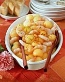Shrimp and melon salad with saffron; slices of white bread