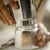 Espresso in Kanne zubereiten (Oberteil der Kanne aufsetzen)