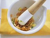 Preparing Canarian saffron tomato sauce (Mojo de azafran)