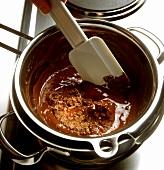 Schokolade im Wasserbad schmelzen