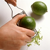 Limettenschale abreiben