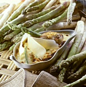 Gratin of chicken and asparagus with grated cheese