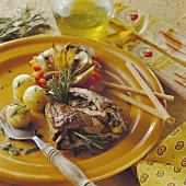 Gefülltes Kalb mit Kartoffeln und Gemüse