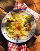 Apfelsalat mit Staudensellerie, Käse und Walnüssen