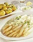Asparagus with hollandaise sauce and parsley potatoes