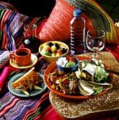 Mexikanisches Menü mit Tortillas, Obstsalat, Kaffee etc.