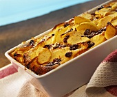 """Funeral pyre"" (bread pudding) with raisins & icing sugar"