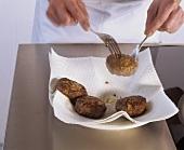 Frikadellen auf Küchenpapier abtropfen lassen