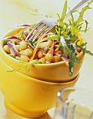 Kichererbsen-Salat mit Möhren, roten Zwiebeln und Rauke