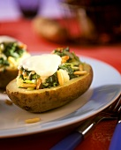 Stuffed potatoes with spinach, pine nuts and mozzarella