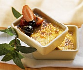 Crème brulee with berries and peppermint