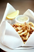 Calamari fritti (deep-fried squid rings with tartar sauce)